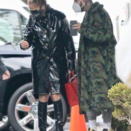 JLo a ales o ținută all black pentru o zi ploioasă în Los Angeles, la o ședință foto pentru Paramount