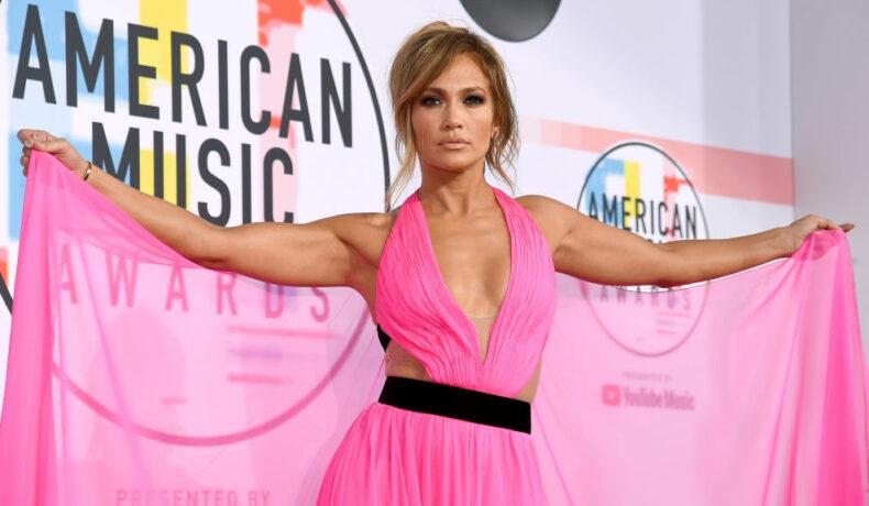 Imagine cu Jennifer Lopez într-o apariție extravagantă, purtând o rochie roz la American Music Awards