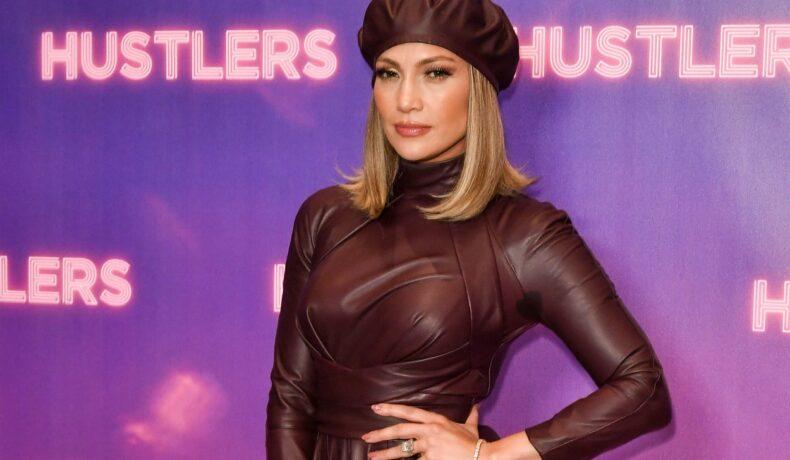 Jennifer Lopez pe covorul roșu îmbrăcată cu o rochie din piele vișinie