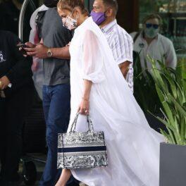 Jennifer Lopez a avut o apariție extravagantă într-o rochie albă și platforme la prânzul cu Alex Rodriguez