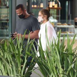 Jennifer Lopez a avut o apariție extravagantă, într-o rochie albă și tocuri, la prânzul cu logodnicul ei