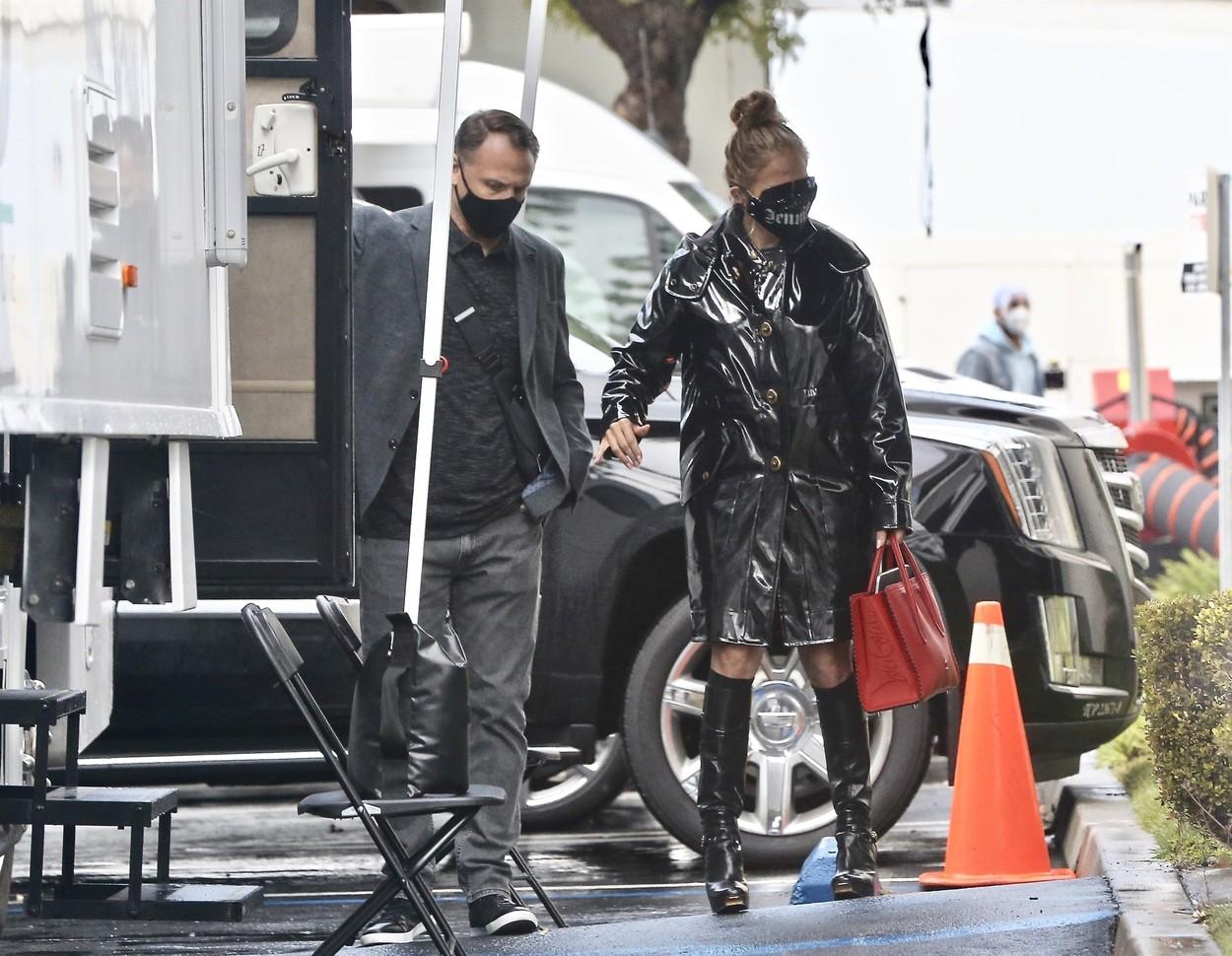 JLo a ales o ținută all black pentru o zi ploioasă în care participă la o ședință foto