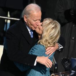 Jill și Joe Biden se sărută la inaugurarea lui Joe Biden în funcția de președinte al SUA