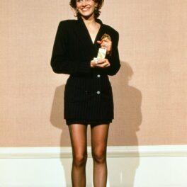 Julia Roberts îmbrăcată cu un sacou lung negru