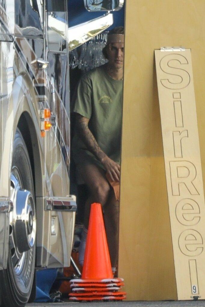 Justin Bieber, fotografiat în timp ce se îmbracă cu pantalonii la o ședintă foto