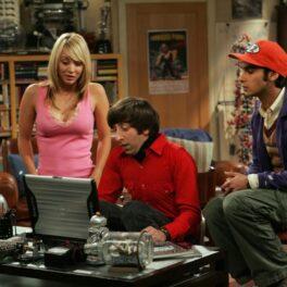 Karley Cuoco îmbrăcată într-un maiou roz într-o scenă din The Big Bang Theory