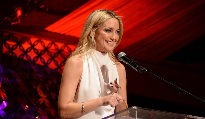 Kate Hudson în postura de mamă vorbește la inaugurarea fundației lui Goldie Hawn