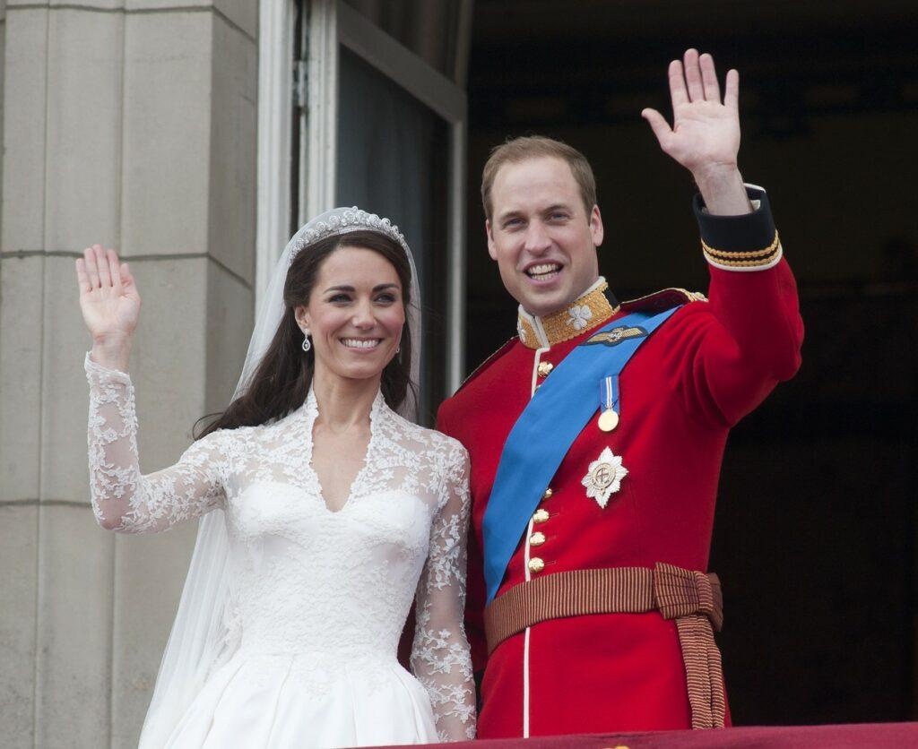 Kate Middleton și Prințul William la balcon în ziua nunții
