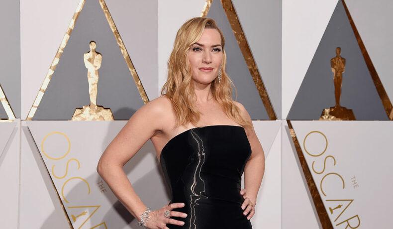 Kate Winslet pe covorul roșu la Oscar îmbrăcată într-o rochie neagră
