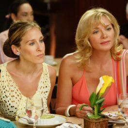Kim Cattrall stă la masă lângă Sarah Jessica Parker în timpul filmărilor pentru Sex and the City