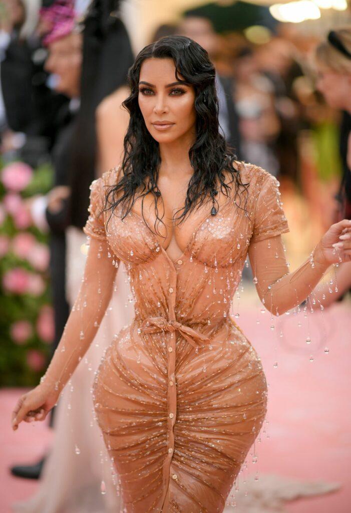 Kim Kardashian, fotografiată pe covorul roșu la Met Gala 2019, purtând o ținută extrem de mulată, care s-a dovedit a fi atracția evenimentului.