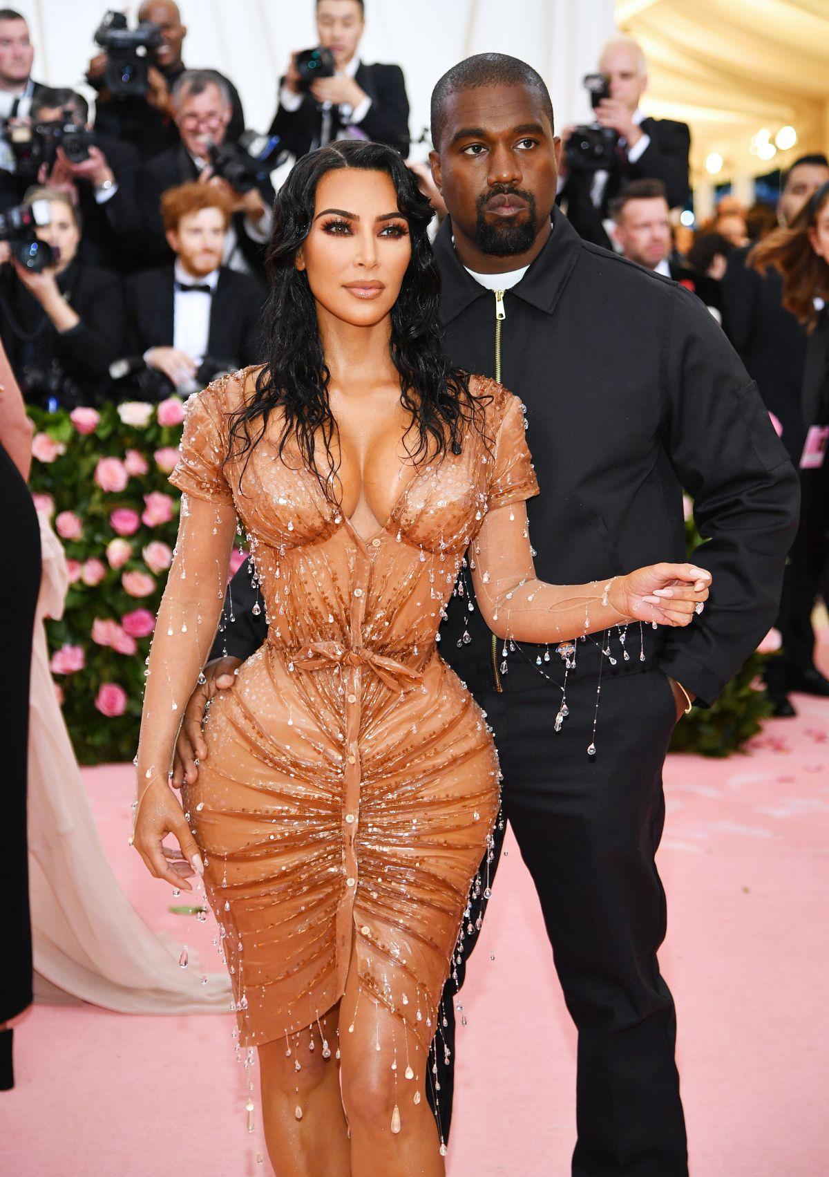 Kim Kardashian, alături de Kany West, fotografiată pe covorul roșu la Met Gala 2019, purtând o ținută extrem de mulată, care s-a dovedit a fi atracția evenimentului.