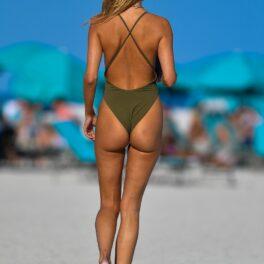 Kimberley Garner, apariție sexy la plajă, într-un costum de baie minuscul