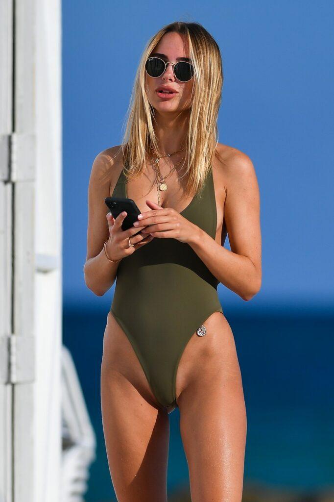 Kimberley Garner a purtat un costum de baie minuscul, olive, care a lăsat la vedere cele mai intime zone ale corpului