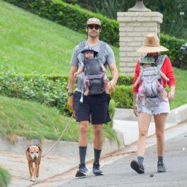 Kristen Wiig și Avi Rothman surprinși în timpul unei plimbări alături de gemenii și câinele lor