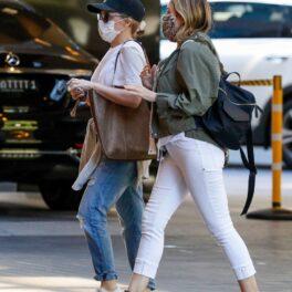 Kylie Minogue și Danni Minogue îmbrăcate lejer în drum spre cumpărături