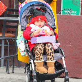 Lea, fiica Irinei Shayk și a lui Bradley Cooper, fotografiată în căruț, în timp ce e plimbată de mama sa