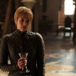 Lena Headey din Game of Thrones cu părul scurt și un pocal de vin în mână în sezonul 7