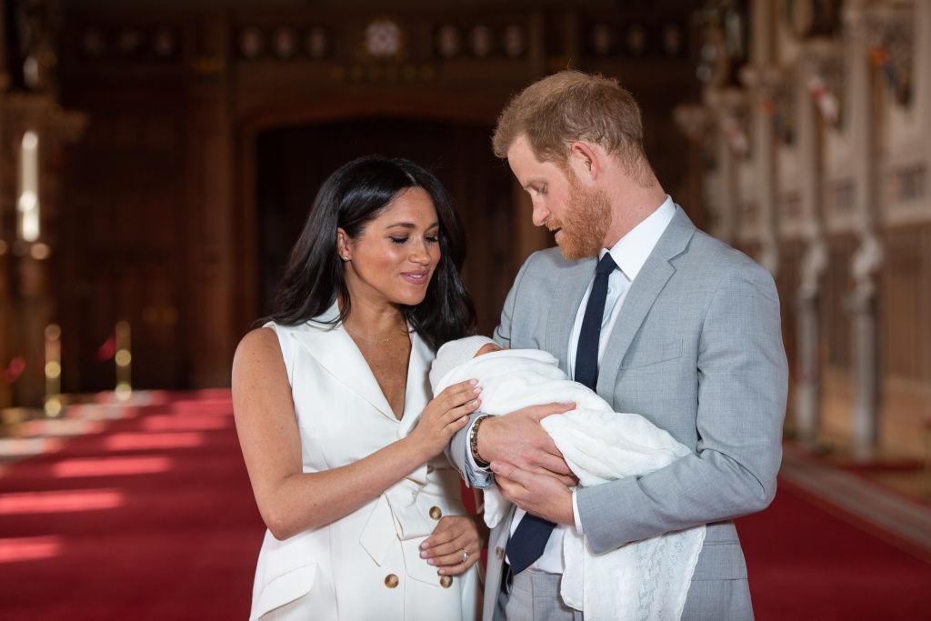 Meghan Markle și Prințul Harry îl țin în brațe pe nou-născutul Archie