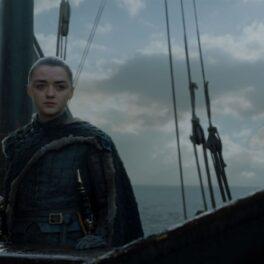Maisie Williams costumată în Arya Stark în Game of Thrones