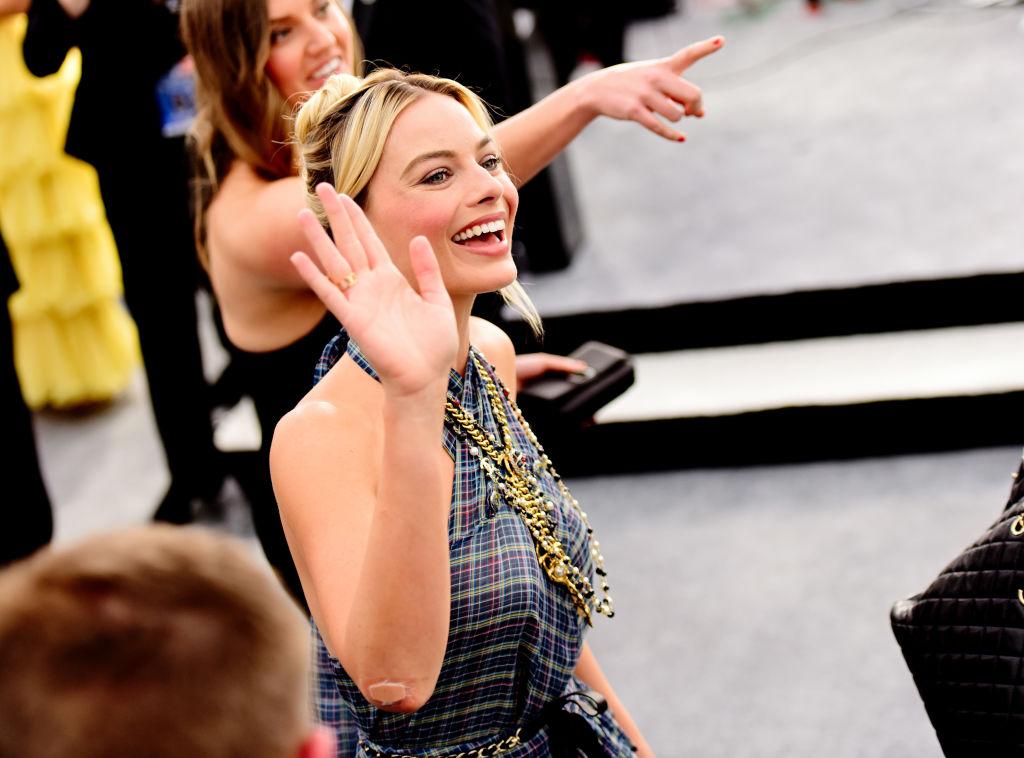 Margot Robbie la Screen ActorsGuild Awards, fotografiată în timp ce își salută fanii