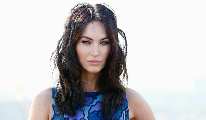 Megan Fox într-o rochie albastră, mulată, fără mâneci