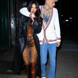 Megan Fox, la o plimbare în oraș alături de Machine Gun Kelly, fotgrafiați în timp ce el o ține strâns de gât