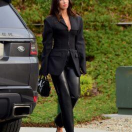 Megan Fox purtând un costum masculin negru pentru o ședință