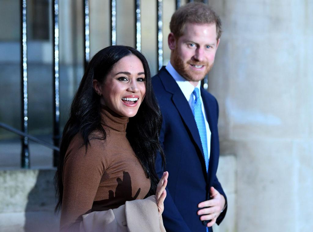Meghan Markle și Prințul Harry, fotografiați în timp ce își salută fanii, la ieșirea dintr-un spital din Canada