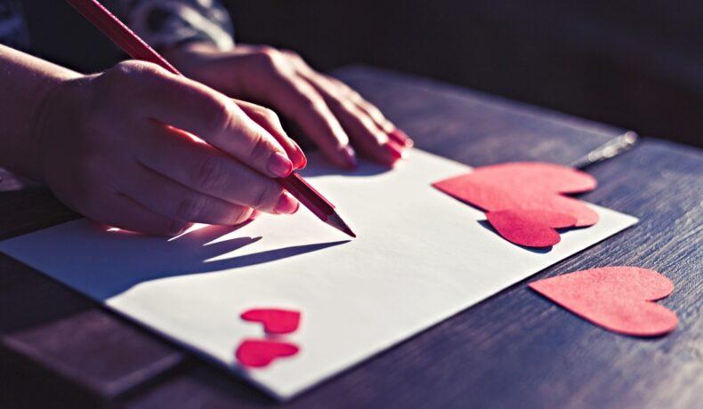 O femeie scrie o scrisoare