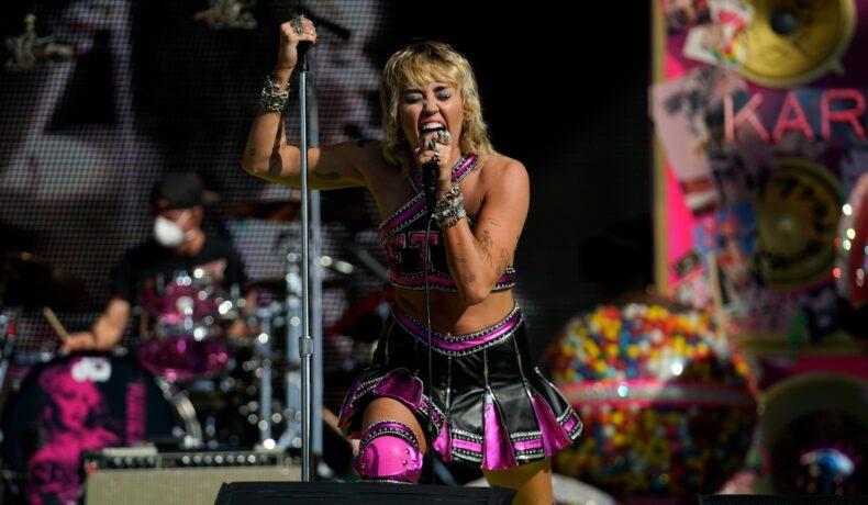 Miley Cyrus, cu lacrimi în ochi la Super Bowl 2021, în timpul unui concert pentru cadre medicale