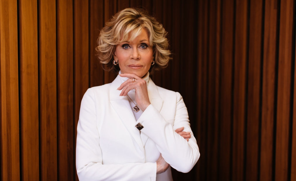 Jane Fonda îmbrăcată cu un sacou alb