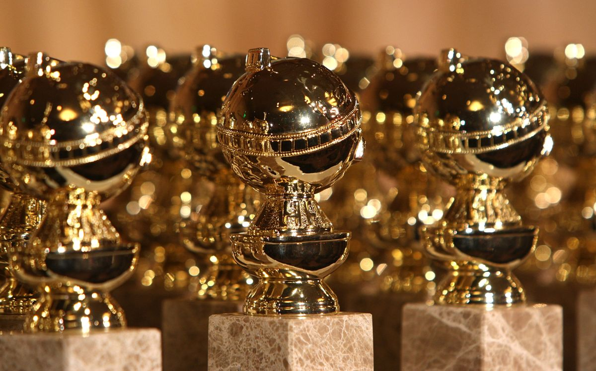 Trei trofee Globurile de Aur așezate unul lângă celălalt