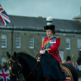 Olivia Colman îmbrăcată în costum militar pe cal în The Crown
