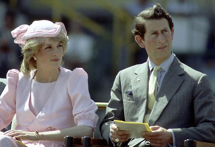 Prințesa Diana stă pe scaun lângă Prințul Charles la un eveniment