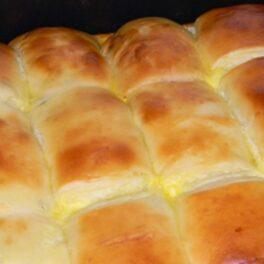 Plăcintă cu brânză frumos rumenită