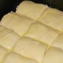 Plăcintă cu brânză și aluat fraged, unsă cu ou înainte de coacere