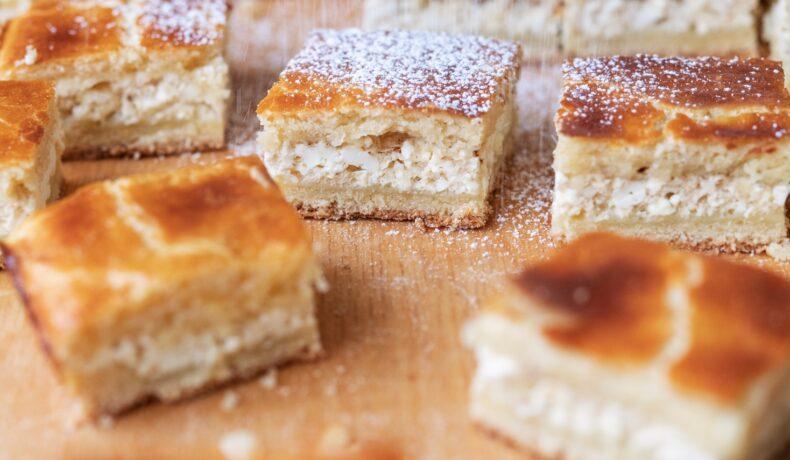 Porții de plăcintă cu brânză gata pentru servit