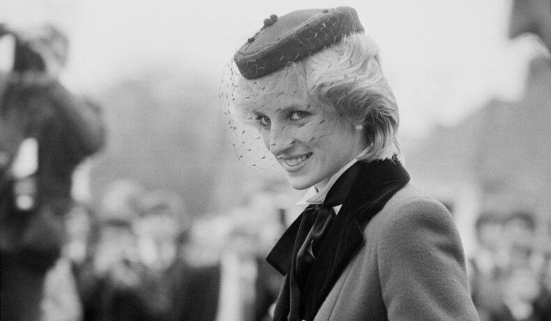 Prințesa Diana într-o poză alb-negru cu o pălărie pe cap, surprinsă în profil