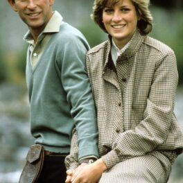 Prințesa Diana și Prințul Charles zâmbesc și se țin de mână