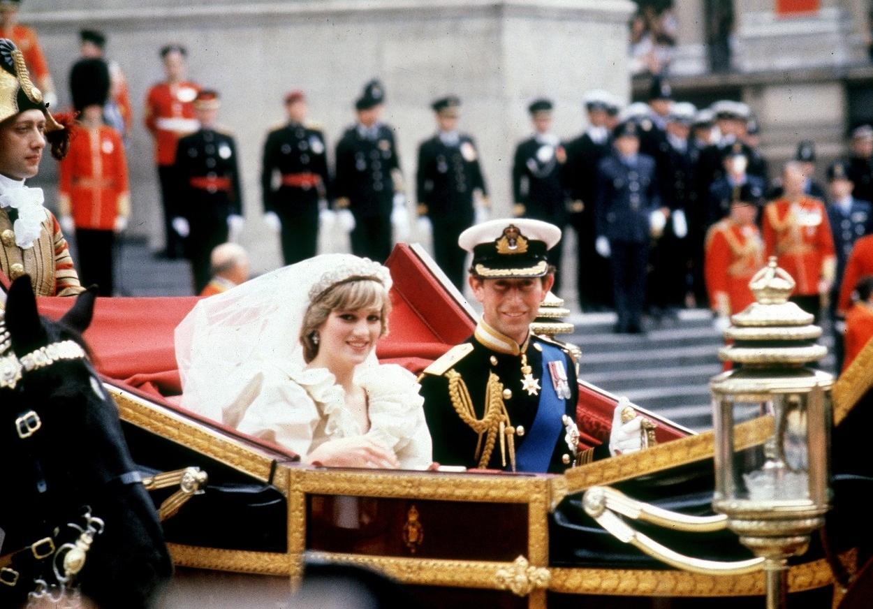 Prințesa Diana în caleașcă alături de Prințul Charles în ziua nunții