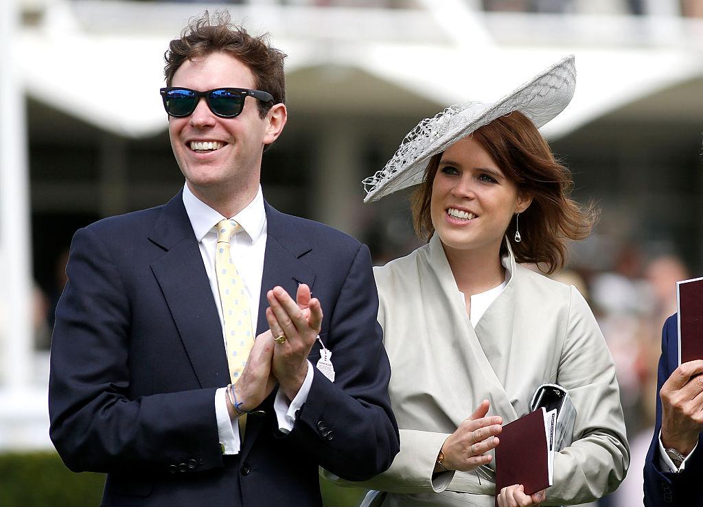 Imagine cu Prințesa Eugenie, care poartă pălărie albă, și Jack Brooksbank, care poartă ochelari de soare, în Qatar