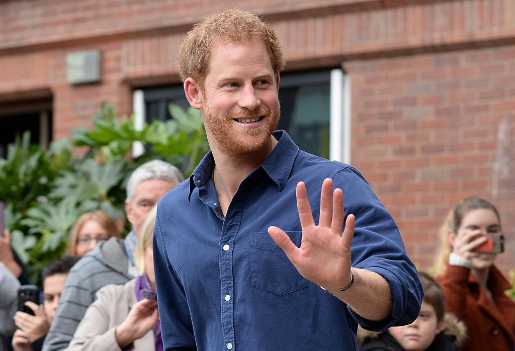 Imagine cu Prințul Harry în timp ce salută cu respect admiratorii