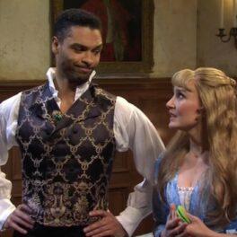 Regé-Jean Page jucând o scenă din serialul Bridgerton cu o colegă de distribuție