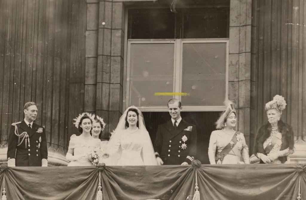 Regina Elisabeta îmbrăcată în rochie de mireasă la balcon