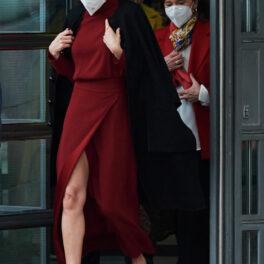 Regina Letizia își etalează picioarele elegante când iese din clădirea Librăriei Naționale din Madrid