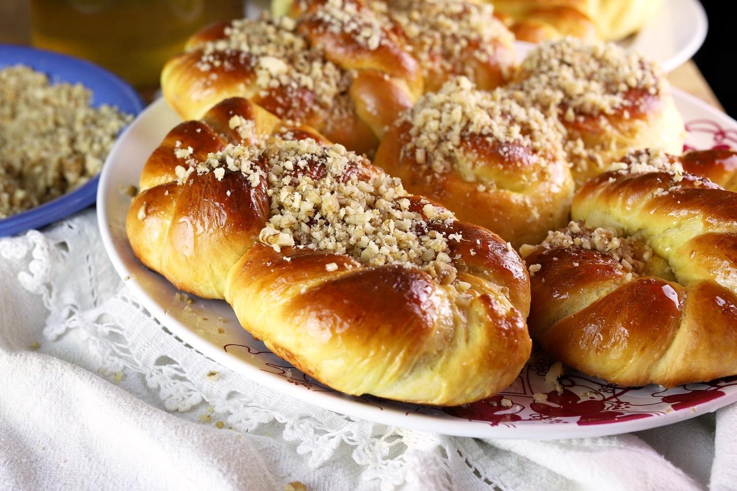 Mucenici moldovenești însiropați și glazurați cu miere și multă nică