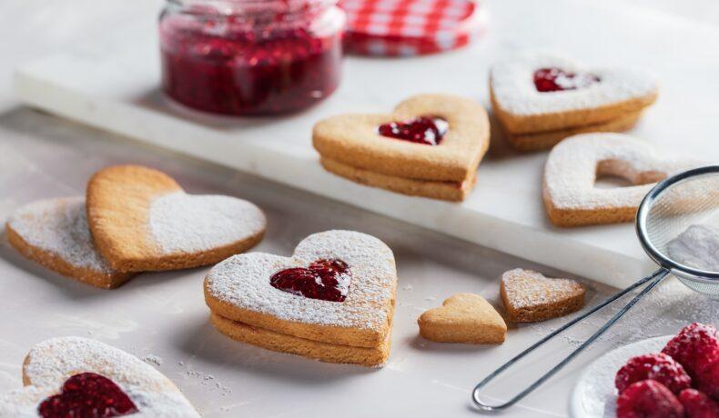 Biscuiți în formă de inimioară cu dulceață de zmeură
