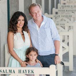 Salma Hayek într-o rochie albă împreună cu familia la dezvelierea vestiarului de pe plajă
