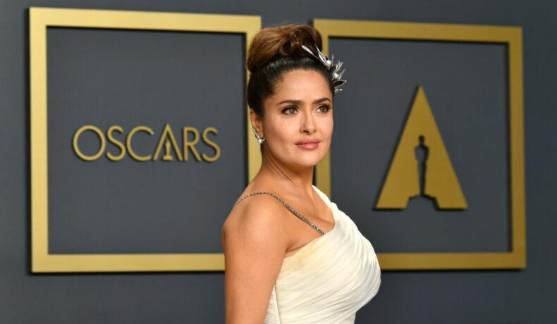 Salma Hayek pe covorul roșu la Oscar îmbrăcată într-o rochie albă